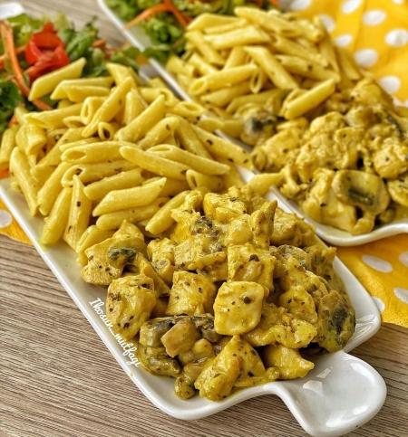 خوراک کاری با مرغ و قارچ و پاستا