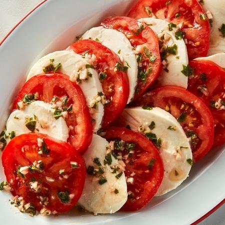 گوجه فرنگی سیر-ریحان با موتزارلا